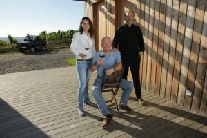Kellermeisterin Paula, Gründer und Inhaber Alfred Michael Beck, Kellermeister Rudi Krizan. Bild: via Wine & Partners.